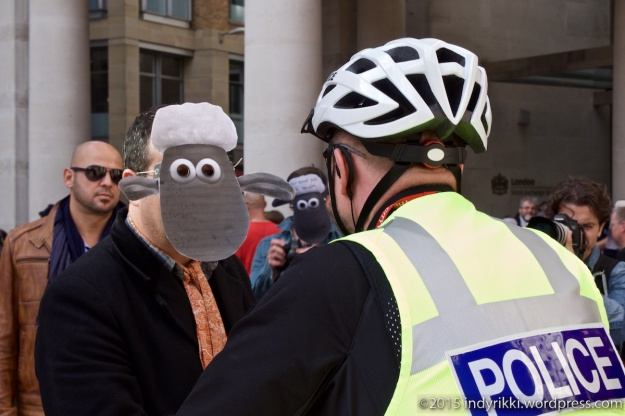 05 Mark Thomas sheep protest - @indyrikki