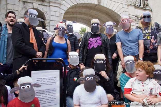 08 Mark Thomas sheep protest - @indyrikki