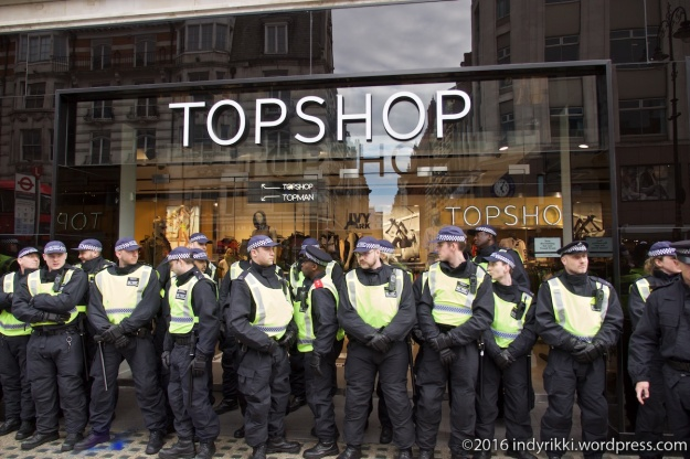 06 UVW Top Shop protests ©2016 @indyrikki